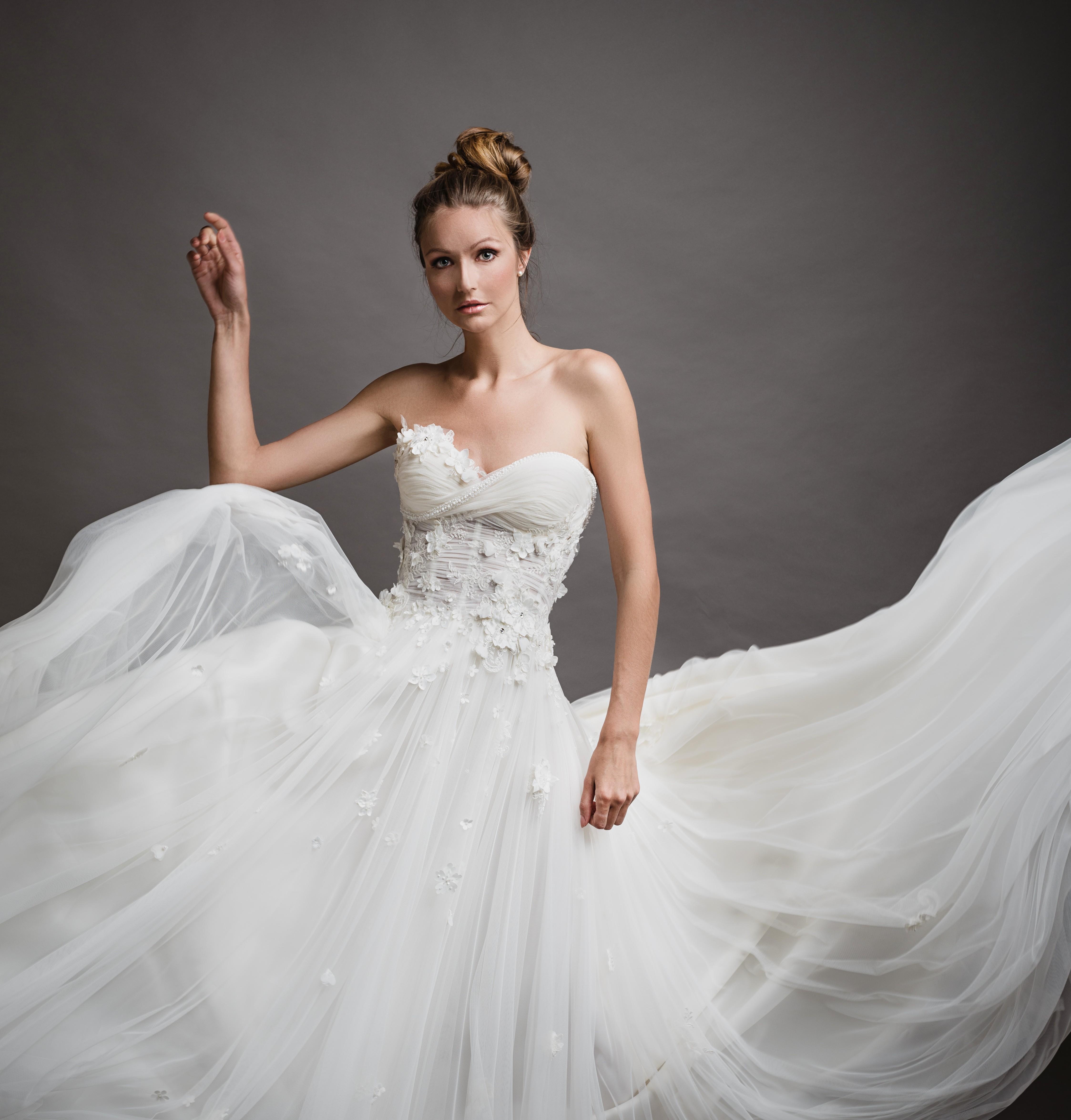 Matrimonio In Spiaggia Vestito Da Sposa : Temi matrimonio raccontati da abiti da sposa differenti