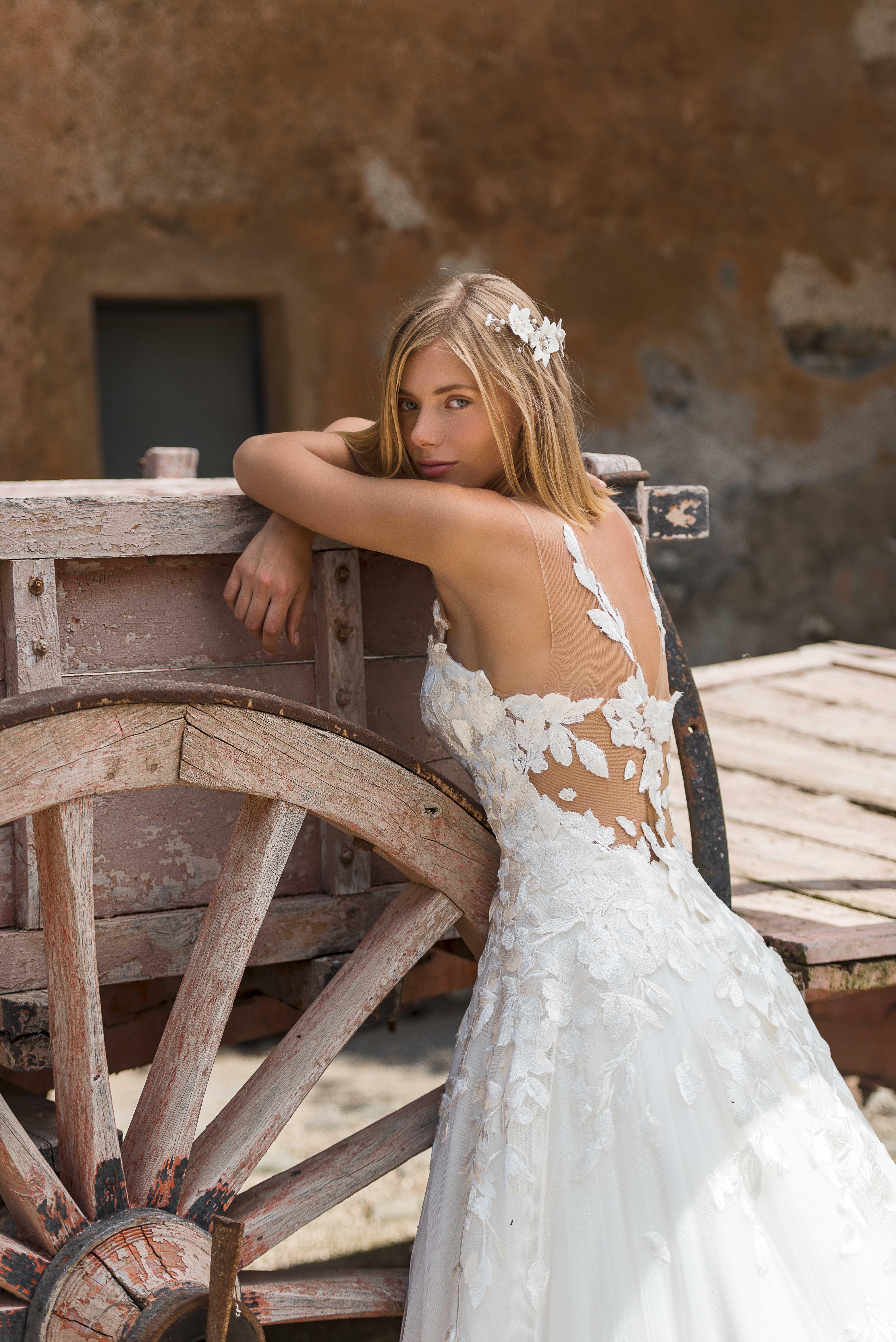 48b2664e22b3 Collezione sposa 2019  nel mondo Anna Tumas sboccia Camelia! - Abiti ...